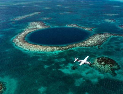 Полёт над голубой дырой и плавание с акулами и скатами в Белизе
